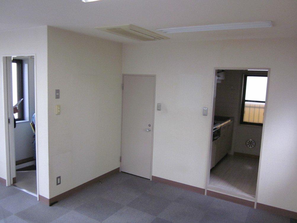3階です。閉じたドアはトイレで、奥に小さな流しがあるのが見えます。