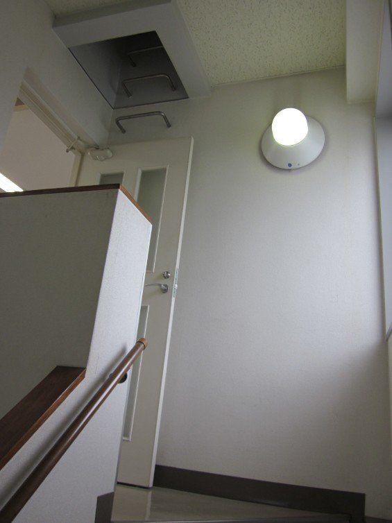 4階へ向かう階段です。屋上に上るための梯子のようなものが見えます。