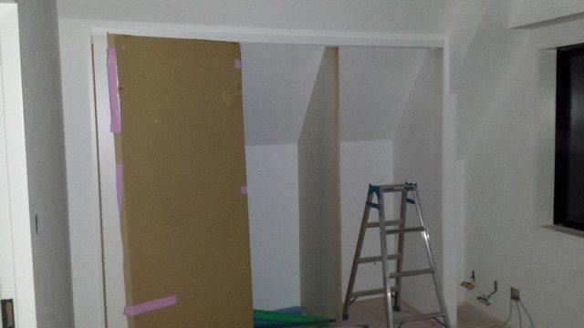 斜線規制壁の場所に造作したクローゼット
