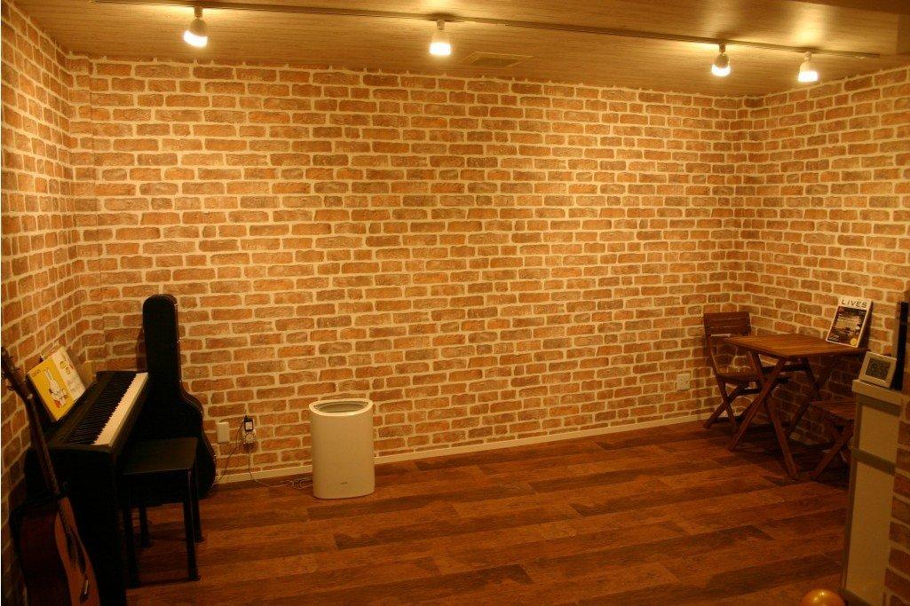 レンガタイル柄の壁紙を貼った地下室