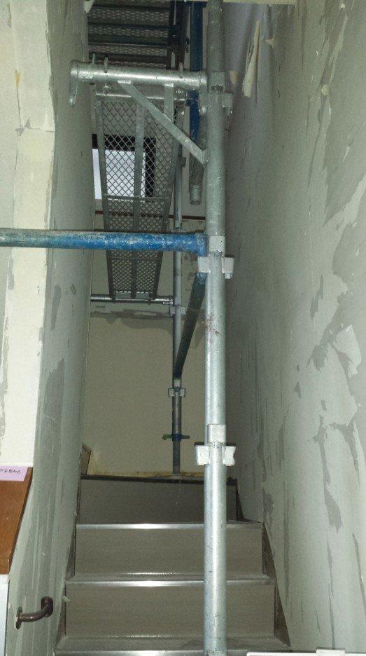 階段の壁紙はRCに直貼りなので剥がすのが非常に大変です。Cリモデリングの方も、『協力企業の方がかなり苦戦されている』とコメントされていました。ご苦労様です。