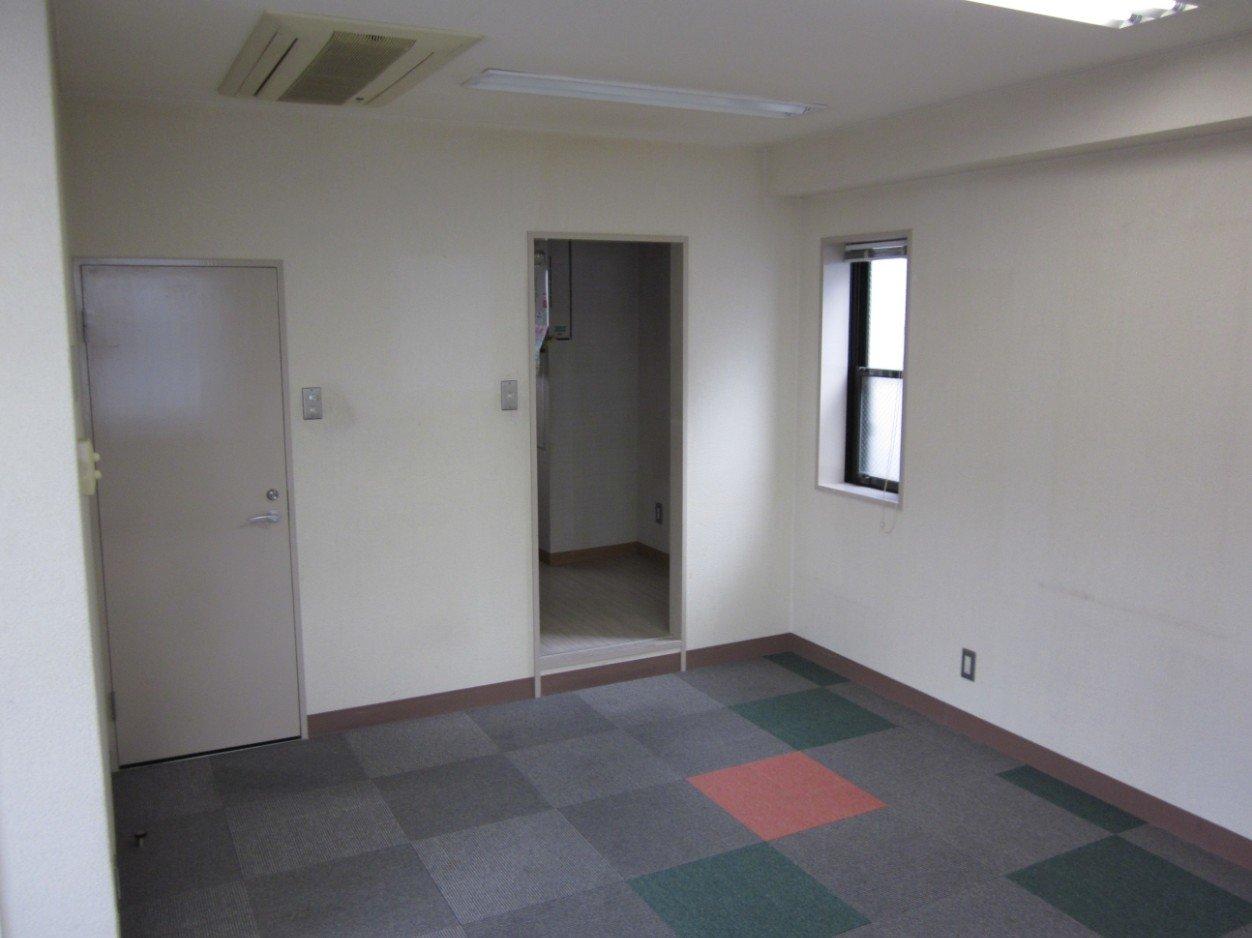 トイレ(ドア内)と簡易キッチンがありました。