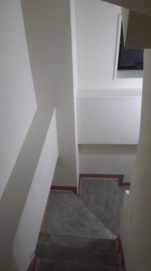 壁紙張り替えと木目調の場所の塗装(白色)が終わり、あとは踏板(RCですが)箇所の作業を待つばかり。少し、いい感じになってきました。