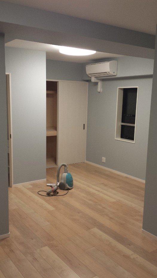 押し入れを造作しました。この向こう側に小窓があります(利用できません)。左にチラッと見えているのが洗面所&トイレ(3F)。3Fは家族5人が布団をひいて寝ています。寝室のそばに「洗面所」と「トイレ」があると、子供が小さいころは助かります。