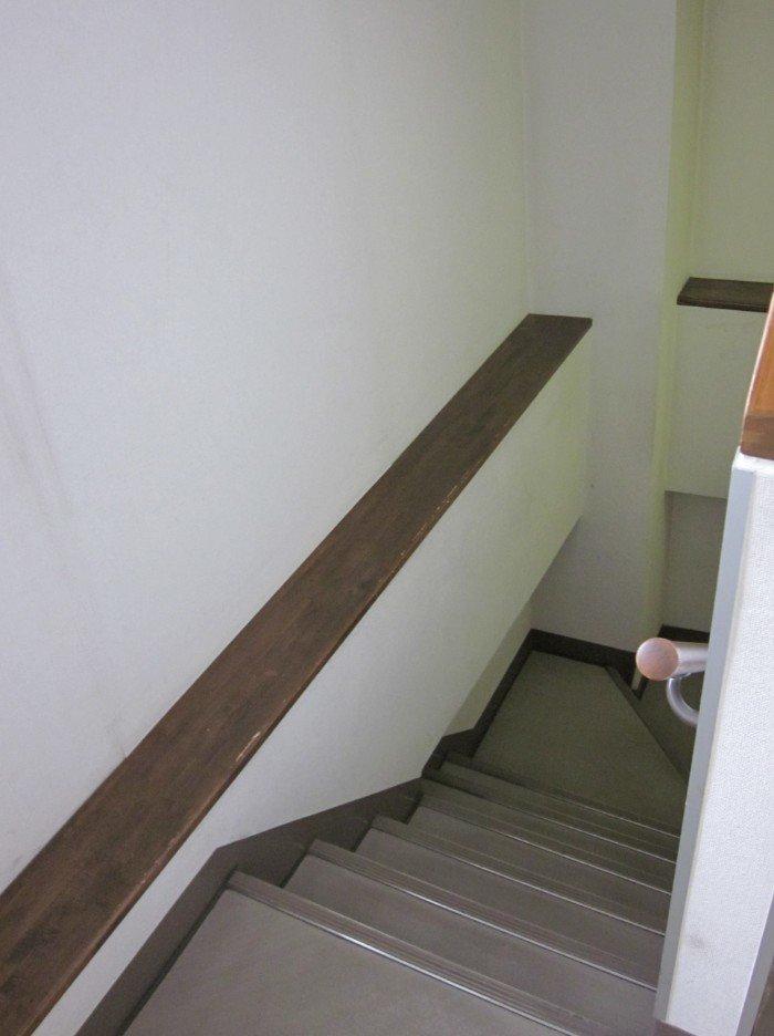階段(リノベーション前)。現時点では見た目は悪いですがポテンシャルをお分かり頂けますでしょうか?足場部分は標準的な幅750mmです。しかし梁の部分(幅130mm)を上手に利用すれば、写真や小物をディスプレイする場所に変身する可能性を秘めています。合計では880mmの階段幅とも考えられますので階段を多用する家の場合は、圧迫感が小さくなって良いと評価できます。