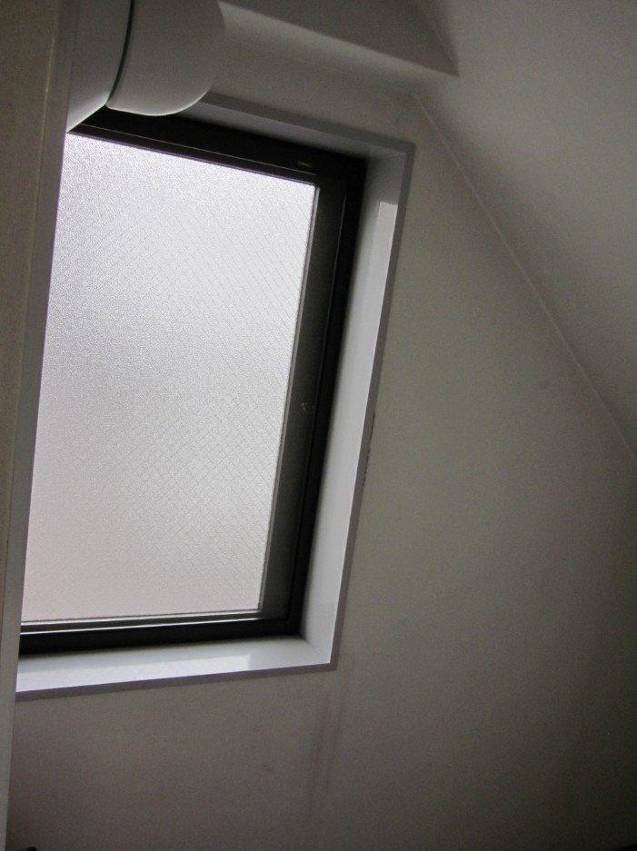 階段室にある窓(大きな窓)。2F、3F、4Fの踊り場には、西向きで同じ窓があります。結果、階段室が日当たり良く、住んでからは子供たちも階段で遊ぶことがあります(笑