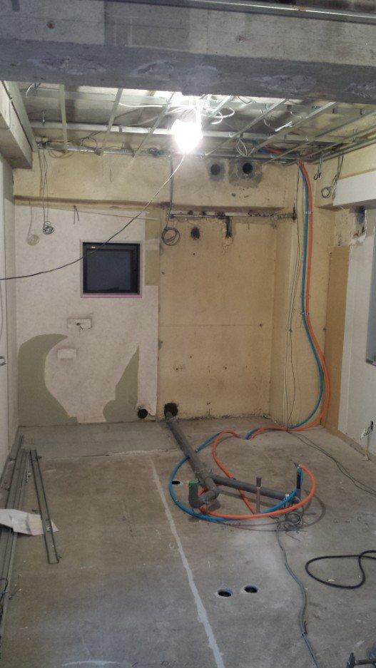 排水管と、水・温水の給水配管取り回し中。天井に伸びているのは、3Fのトイレと洗面用の給水ホースです。