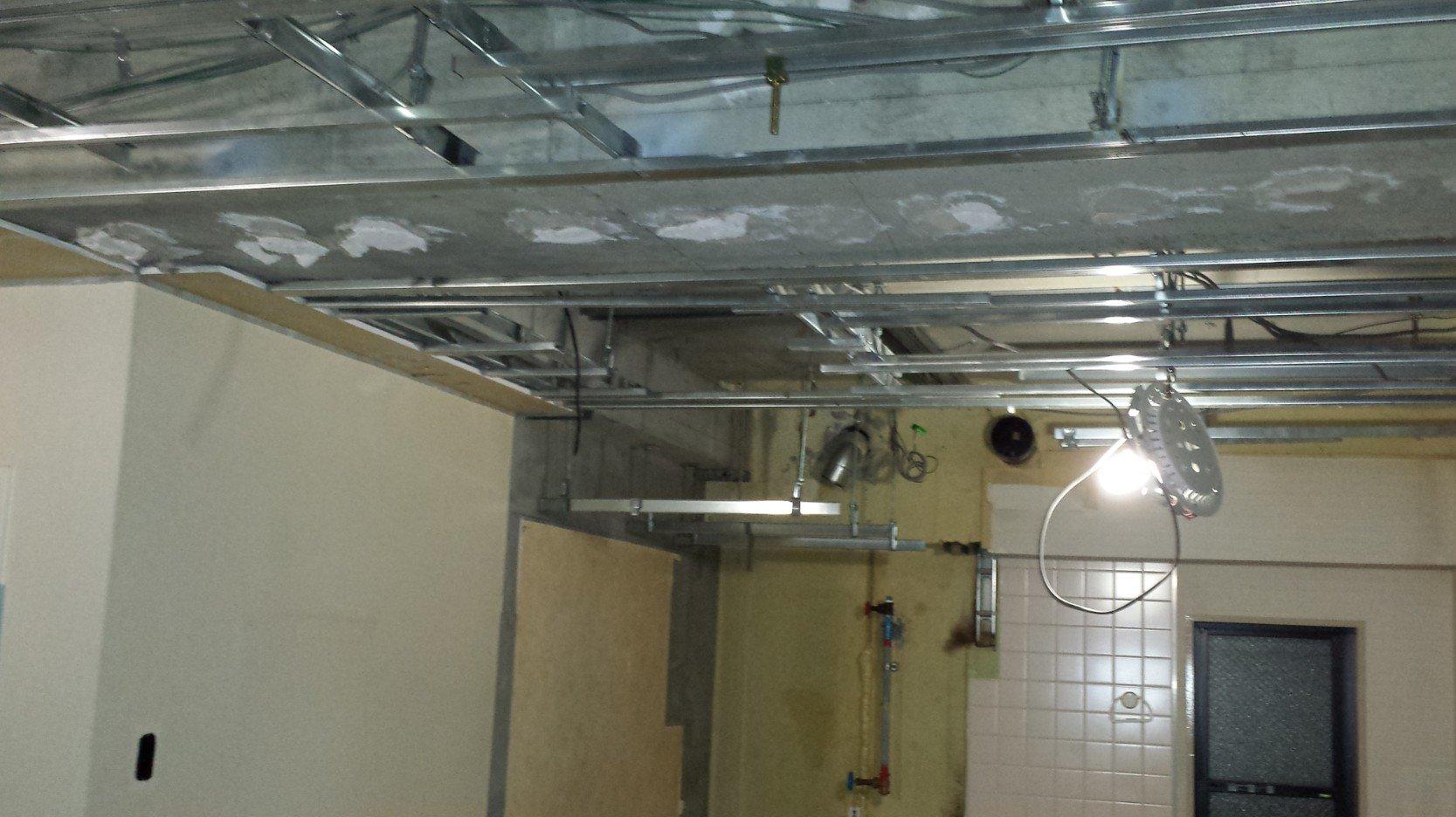 解体中です。右側の小窓は、完成後は押し入れの向こう側となりましたので、完成後には見えなくなりました。