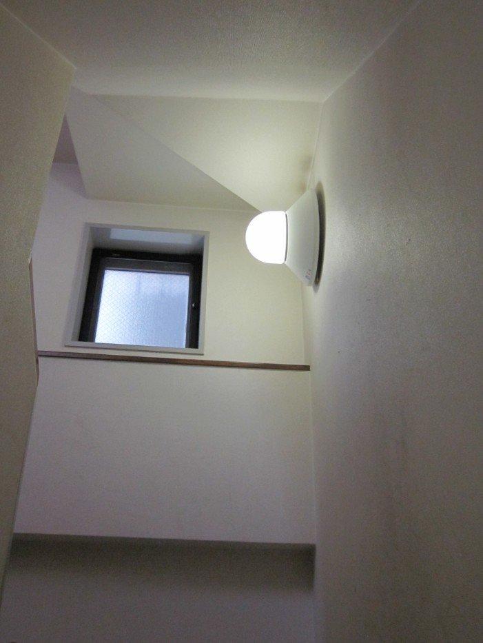 階段の途中の踊り場。ここにも小窓(北向き)があります。