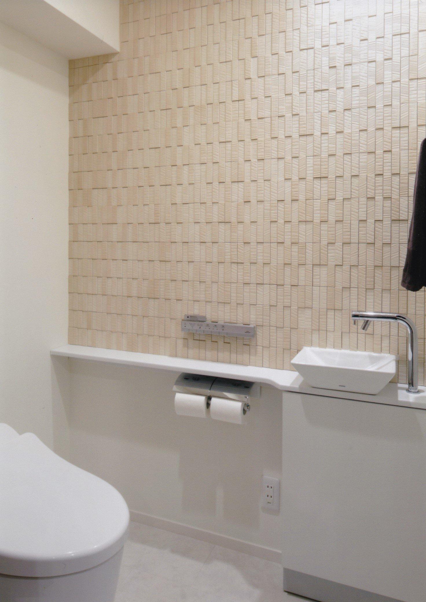 壁面にリクシル製エコカラットを貼ったトイレです。トイレはTOTO製ネオレストRH1(CES9766W#NW1)。トイレサイズは、奥行1,500mm、幅(間口)1,000mm。