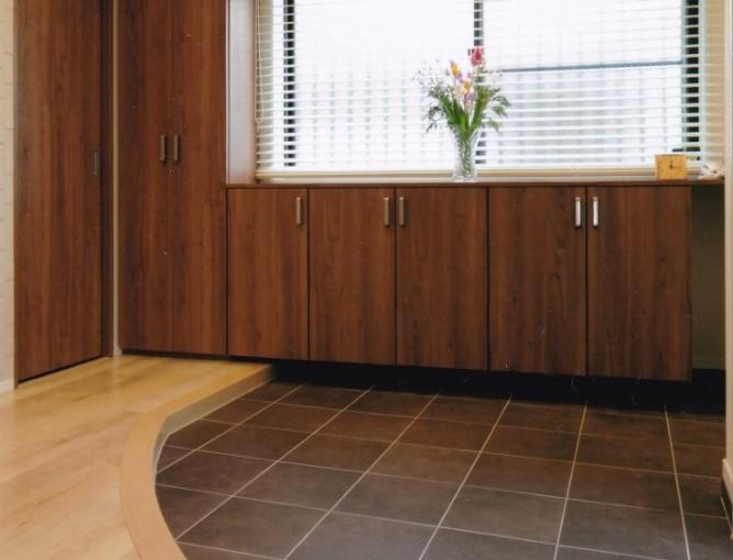 玄関框,R框.アール框,広い玄関,玄関300角タイルはDanto(ダントー)社MTO-3/マチス(ブラウン)