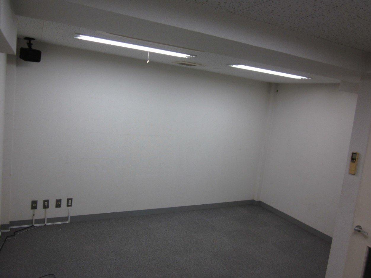 リノベーション前の地下室。倉庫として使われていたとのことです。