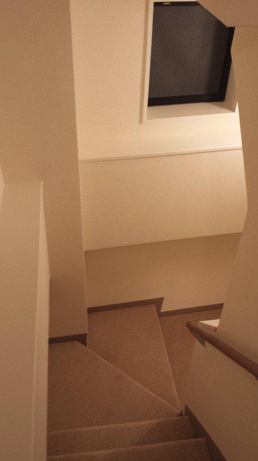 階段(下り)。幅広でゆとりがあります。事務所階段とは全く別物になりました。