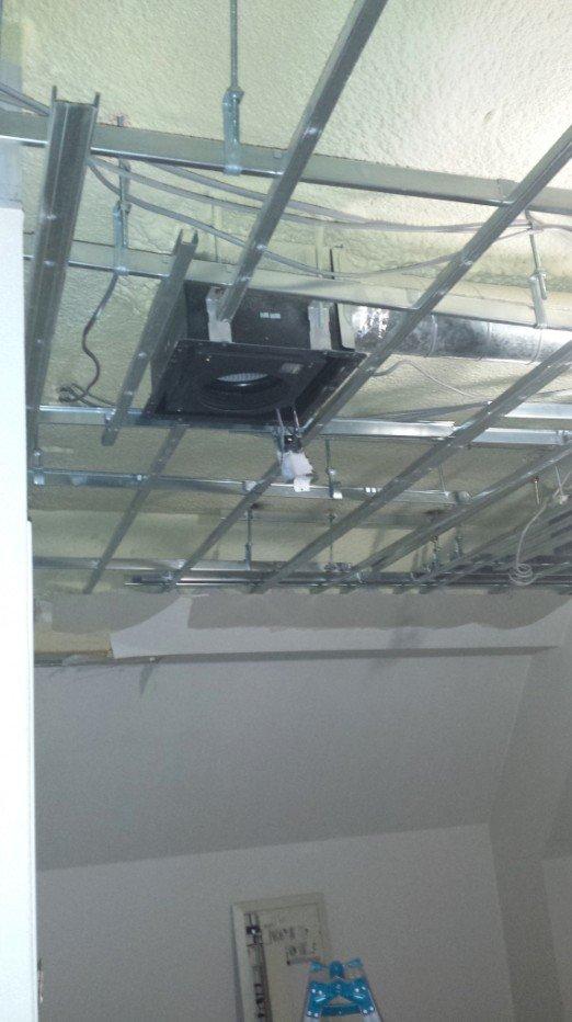 二重天井部分を外したところ、換気扇と換気扇から続く「ダクト」が見えます。