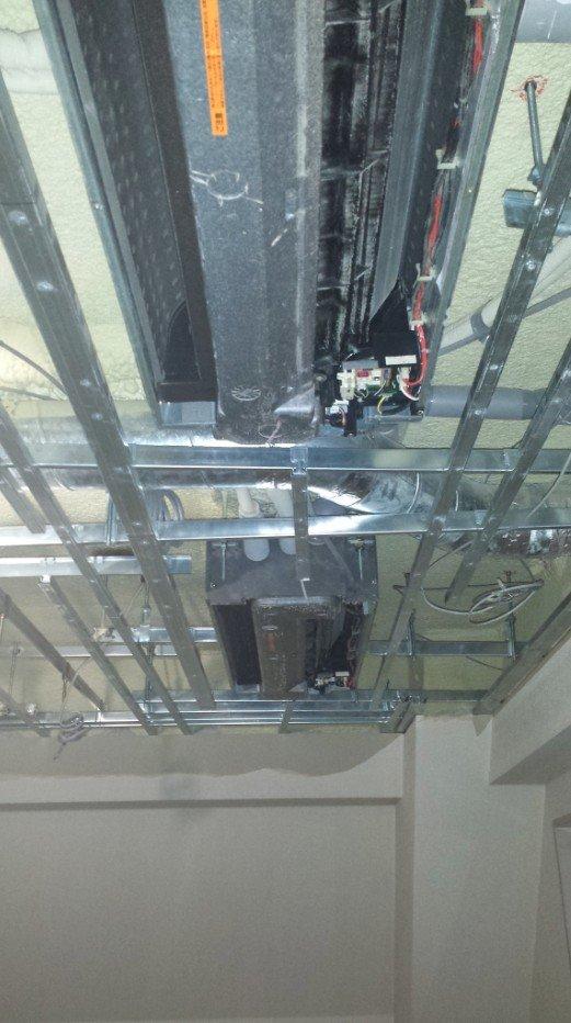 二重天井の二重部分が完全には解体され天井カセットエアコンがむき出しになって取り付けられています(このエアコンは後日、撤去されます)
