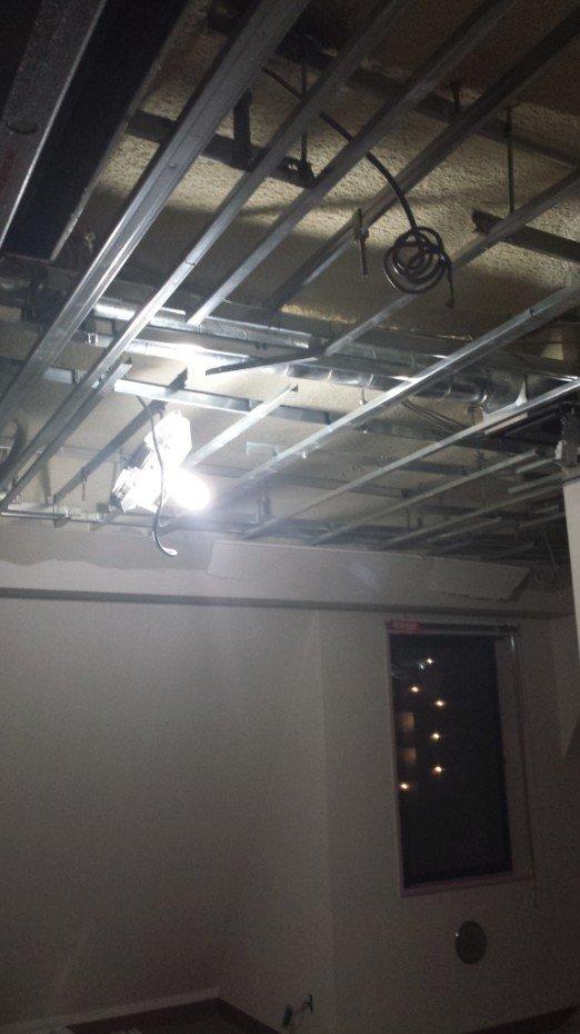 二重天井に取り付けられていた照明は全て撤去されているので、仮設照明が取り付けられています。