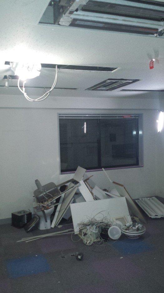 ビルの内装解体(事務所3階の天井とトイレ)