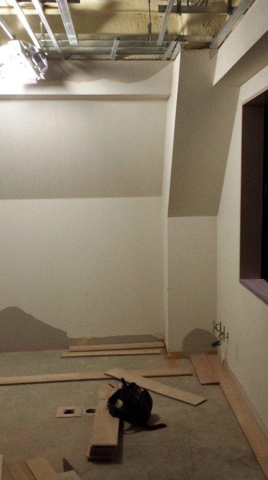 4階フローリング貼り開始(2枚目)