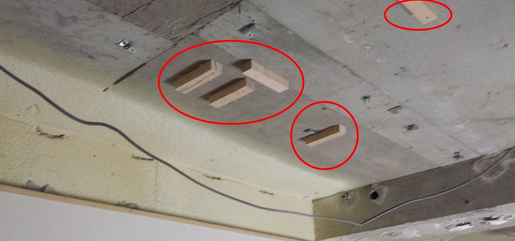 1階。トイレと造作リネン庫設置場所の天井に取り付けられた木片。