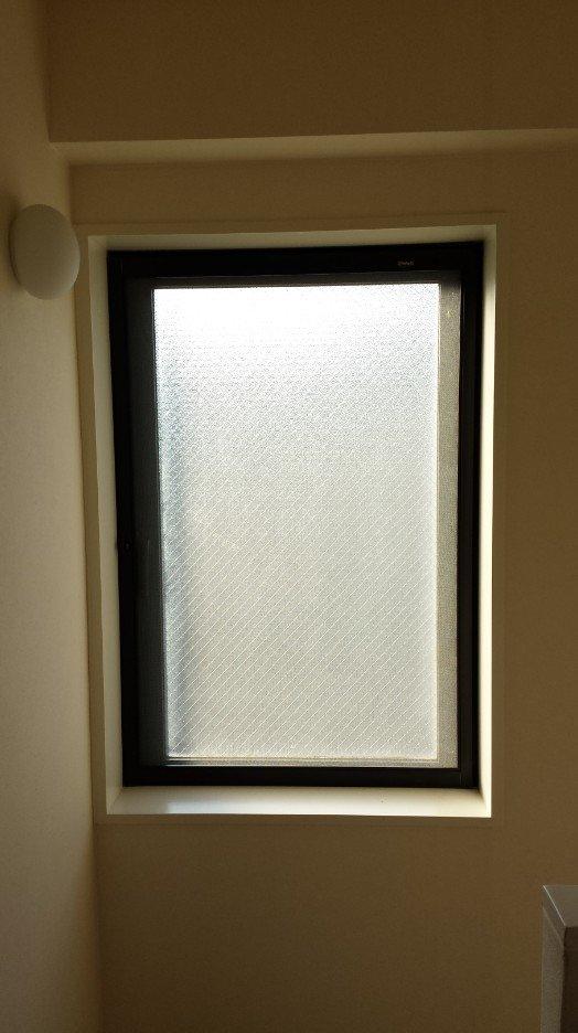 階段室 大型窓(閉じた状態)