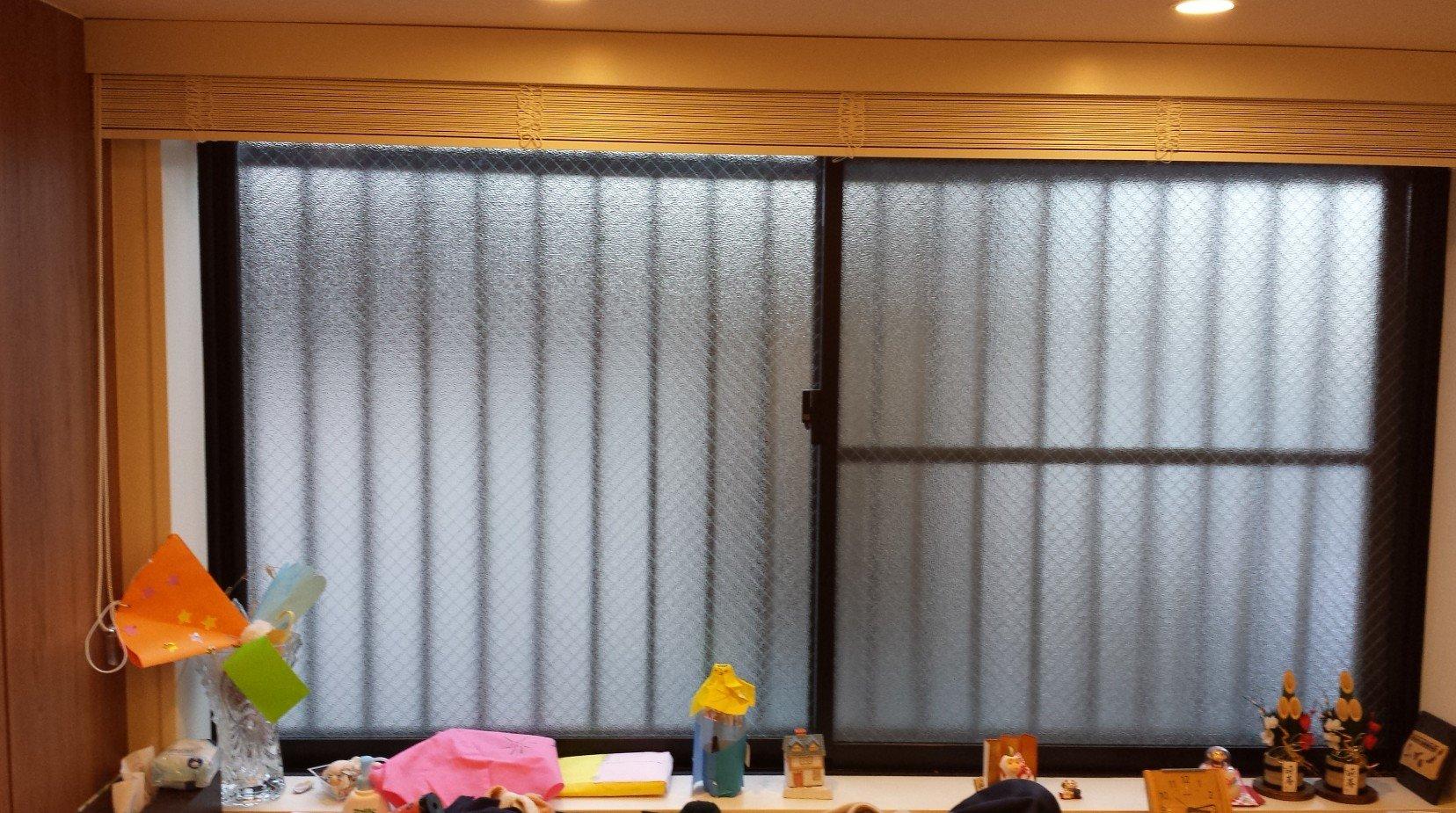 玄関にある引違い窓。1枚の横幅が120cmもあるため、やや高い価格帯の製品を購入する必要があります(とほほ)。