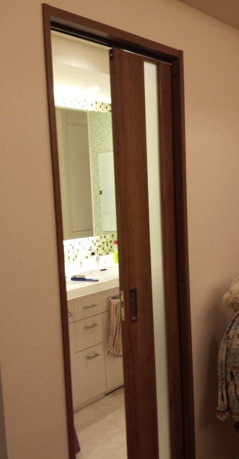 洗面所のドアが引き戸