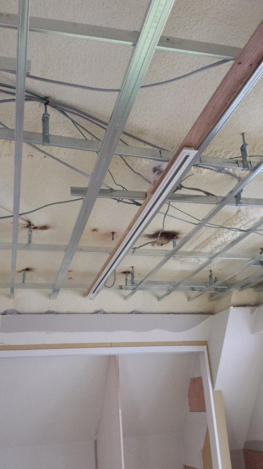 LEDスポットライト用のライティングダクトレールの施工。野縁に板を添えて、そこにダクトレール(ライティングレール)を取り付けてあります。写真2