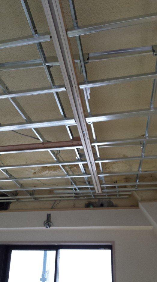 LEDスポットライト用のライティングレール(ダクトレール)の施工写真3