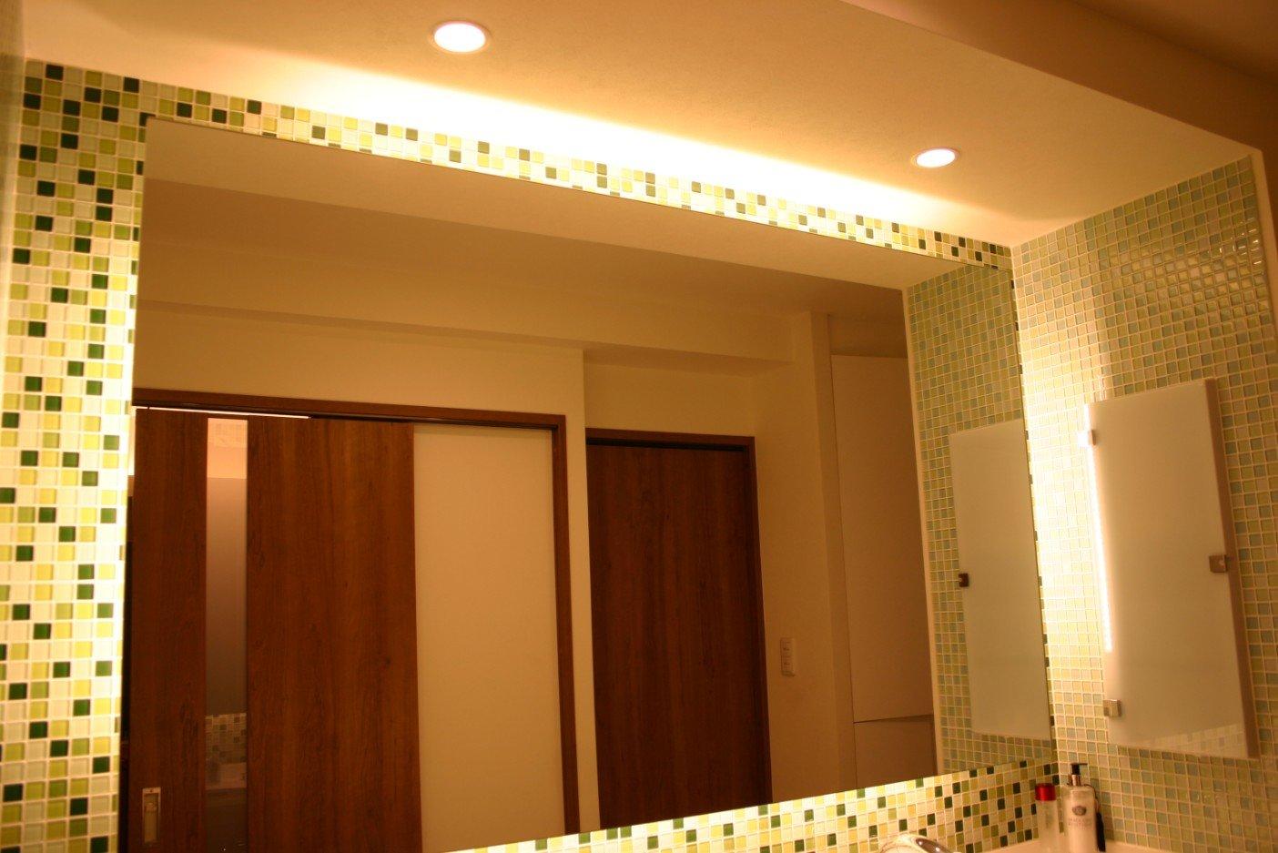 間接照明で照らすモザイクタイル、ガラスタイルのダブルボール洗面所(名古屋モザイク)の施工事例。鏡裏からの間接照明がお洒落です。