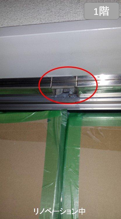 カバー工法でリフォーム作業中の玄関ドア(親子扉)