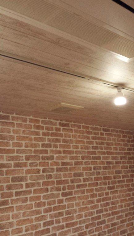 木の板柄の壁紙を貼った地下室天井