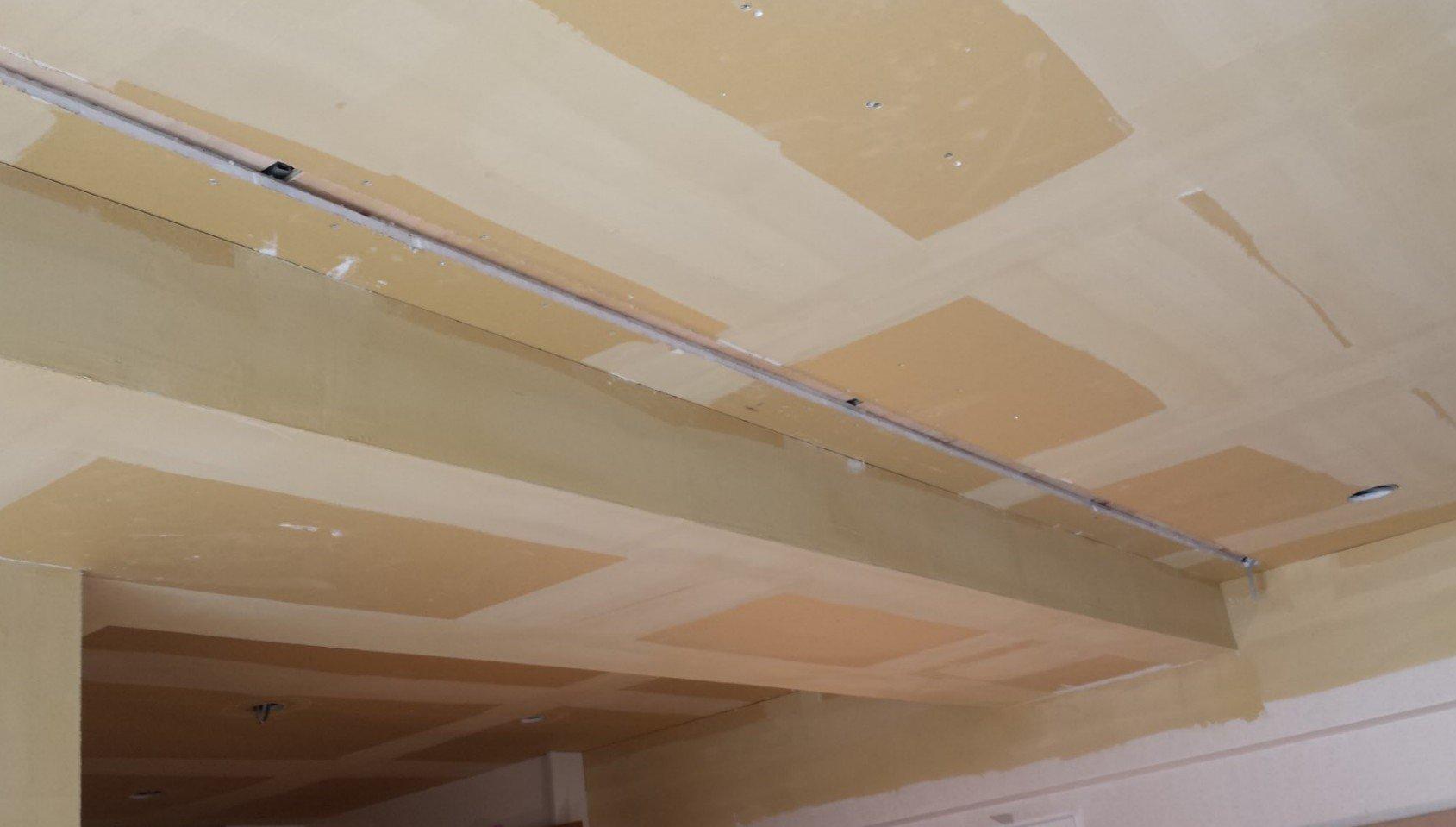 ライティングダクトレール用にブラスターボード(天井)にあとから溝彫り作業を行って頂きました。