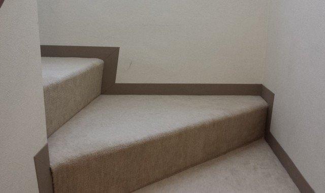 カーペット階段と巾木(絨毯とホワイトビニールクロス)