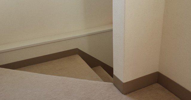 階段の巾木(絨毯とホワイトビニールクロス)