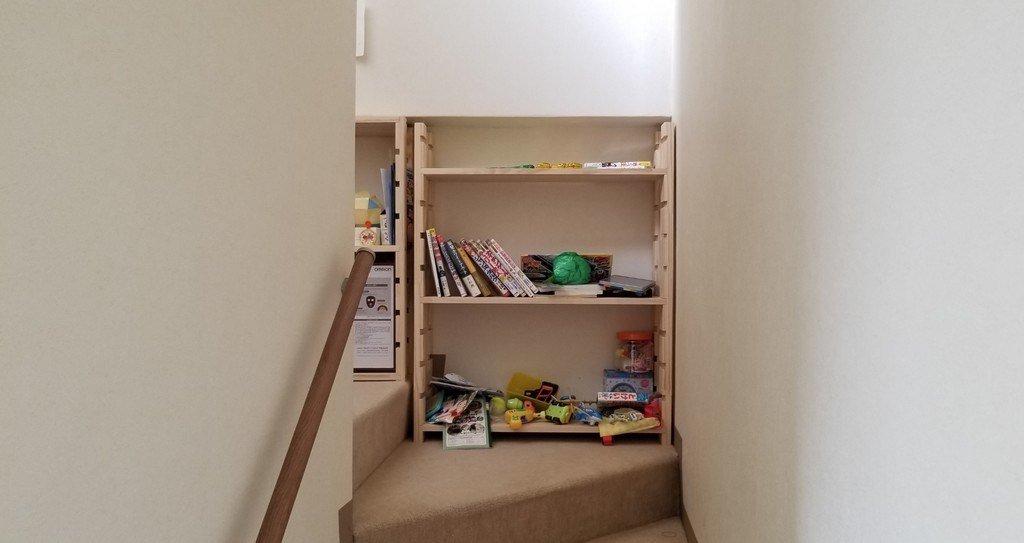 階段踊り場の本棚