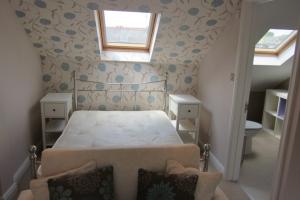 斜めの壁のある寝室