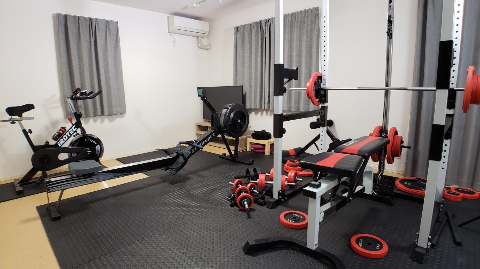 Alfombrilla para las articulaciones y soporte de potencia (Conjunto muscular R140) en el suelo del gimnasio de la casa en el apartamento de alquiler (Sala de estar)